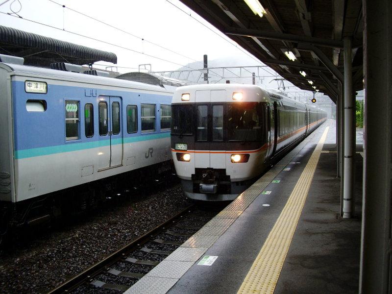 信州・松本駅の特急列車2009-1104