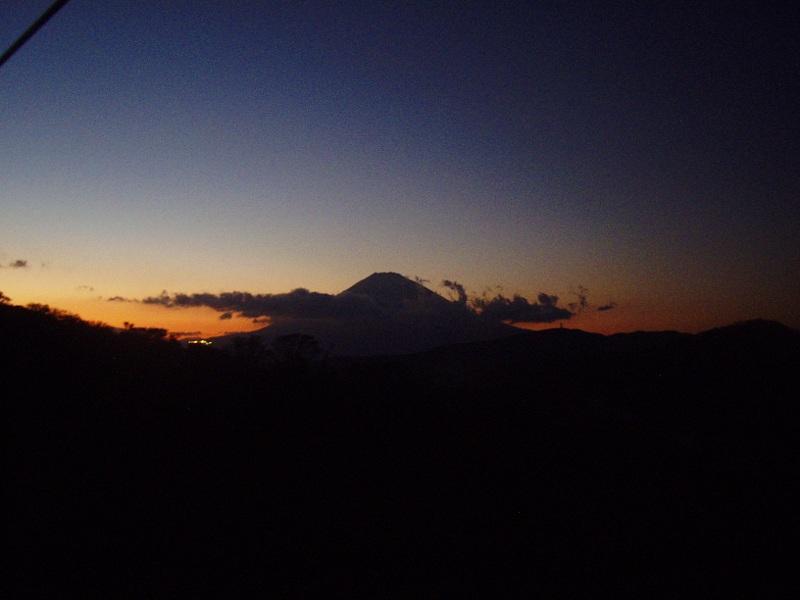 箱根登山鉄道と夕暮れの富士山2012-7006
