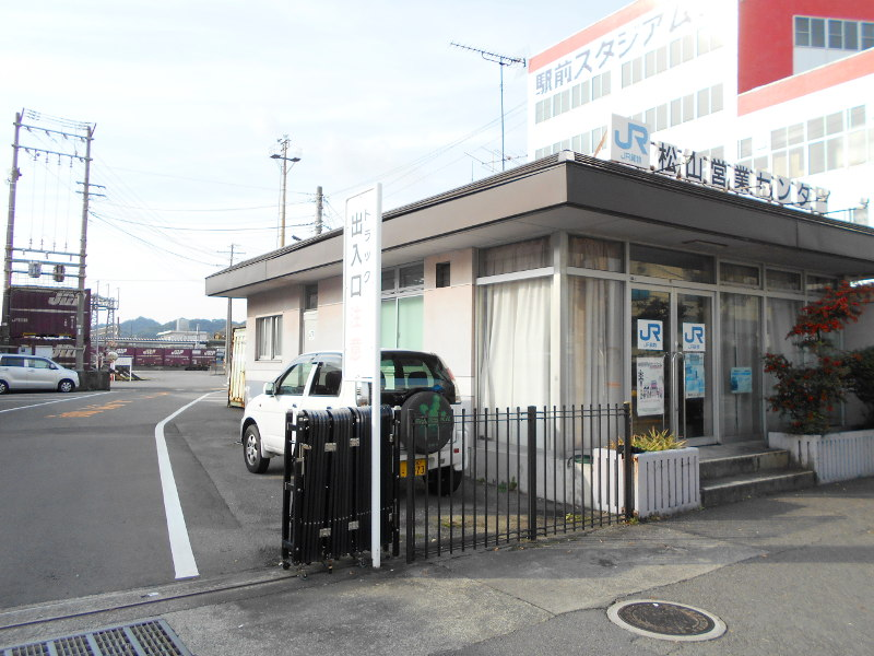 行くぞ!松山2016冬その18・松山駅のコンテナと気動車-8804