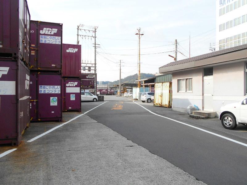 行くぞ!松山2016冬その18・松山駅のコンテナと気動車-8805