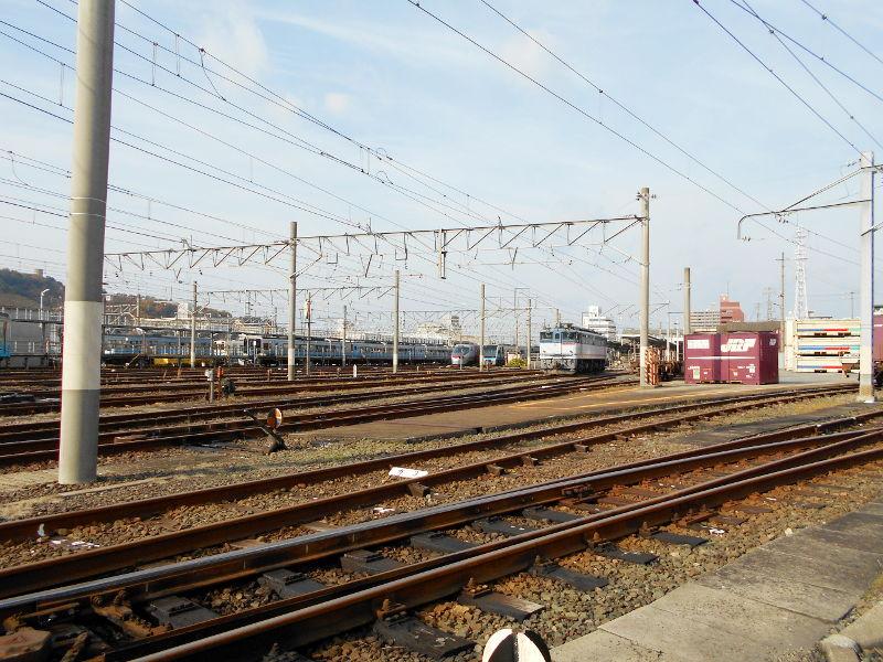 行くぞ!松山2016冬その18・松山駅のコンテナと気動車-8815