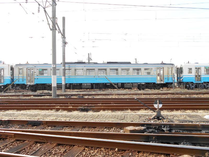 行くぞ!松山2016冬その18・松山駅のコンテナと気動車-8817