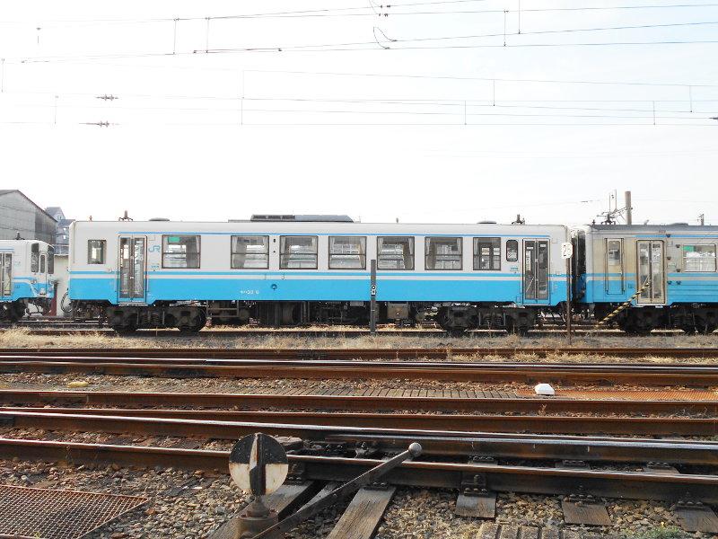 行くぞ!松山2016冬その18・松山駅のコンテナと気動車-8818