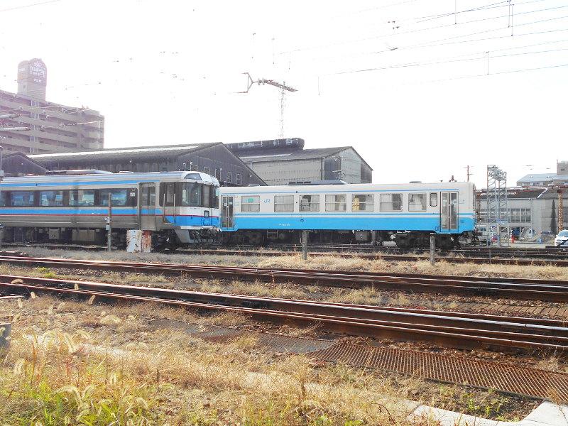 行くぞ!松山2016冬その18・松山駅のコンテナと気動車-8819