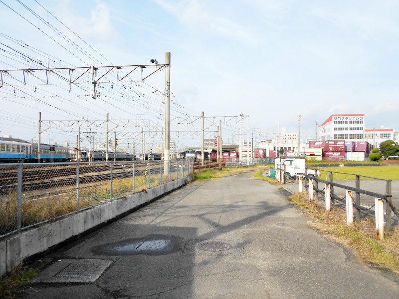 行くぞ!松山2016冬その18・松山駅のコンテナと気動車-8820