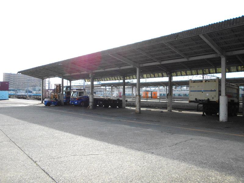 行くぞ!松山2016冬その18・松山駅のコンテナと気動車-8823