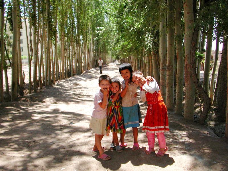 シルクロード一人旅「我的長征2006」その9・カシュガル・香妃墓と並木道-0939