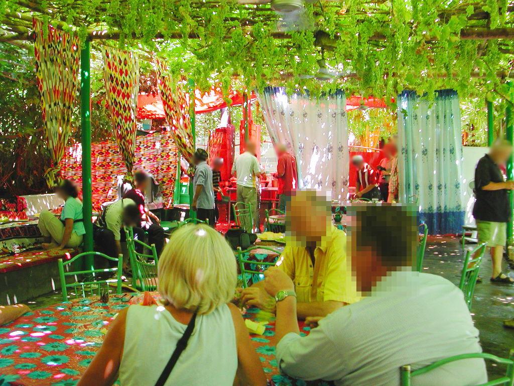 シルクロード一人旅「我的長征2006」その36・トルファン・葡萄溝の食堂でのんびり-3606