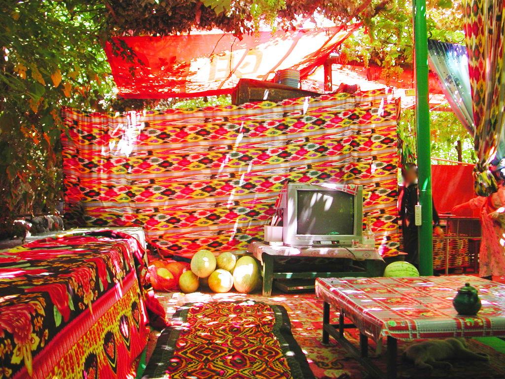 シルクロード一人旅「我的長征2006」その36・トルファン・葡萄溝の食堂でのんびり-3610