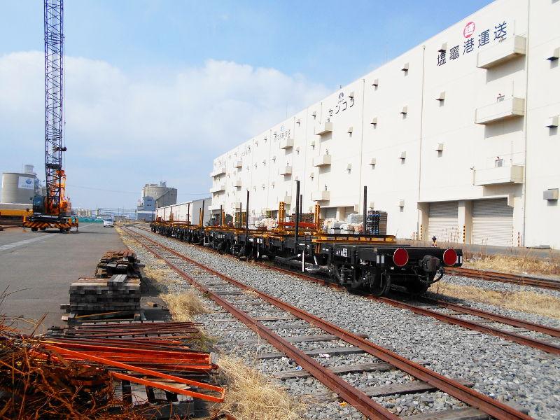 仙台埠頭駅とレール運搬列車2017春-7231